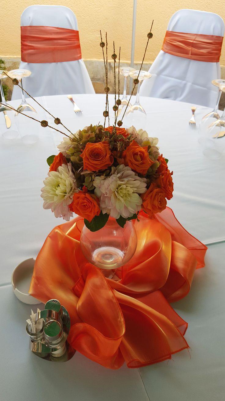 Esküvői asztaldísz őszi színekben fehér és narancs virágokból, narancs organza asztali futóval. A te esküvődhöz milyen szín illene? Válaszd ki itt: http://eskuvoidekor.com/spl/456069/Szekszoknya-berlese-elvitellel
