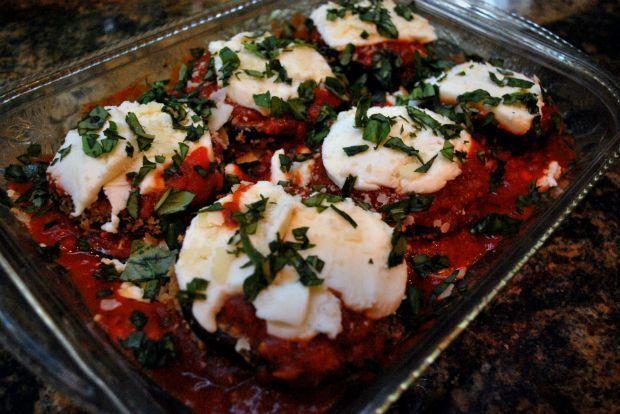 Και πώς δεν τις έχουμε μαγειρέψει! Πριν μετονομαστούμε, όχι άδικα, σε μελιτζανίστας, καταθέτω τη δική μου αγαπημένη εκδοχή: φουρνιστές παναρισμένες ροδέλες μελιτζάνας με ντοματένια σάλτσα, φέτα και γραβιέρα.