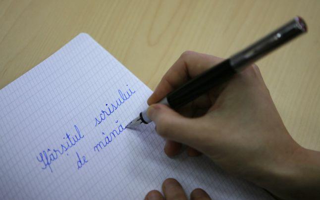 Adio caligrafie? Cât de oportun ar fi ca România să preia politica Finlandei de a renunţa la scrisul de mână în şcoli  Scrierea la calculator înlocuieşte încetul cu încetul scrierea de mână, ceea ce i-a determinat pe guvernanţii finlandezi să decidă înlocuirea scrierii cursive de mână cu tastele computerelor, încă din primii ani de şcoală.