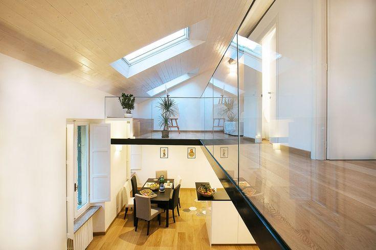 Una mansarda su due livelli nel cuore di Torino ospita a piano terra la zona giorno open space e al primo piano la zona notte e un piccolo atelier.