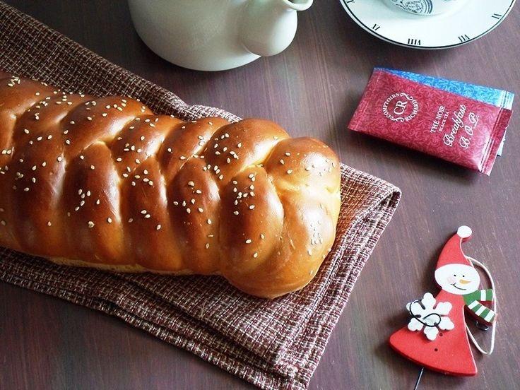 Υπέροχο, αφράτο Χριστουγεννιάτικο ψωμί.
