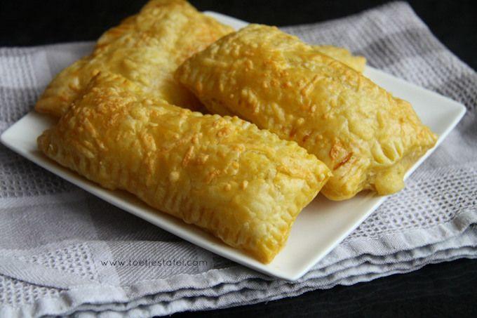 Het recept voor deze zelfgemaakte kaasbroodjes komt van Naziema van Toetjestafel. Met maar een paar ingredienten kun je zelf kaasbroodjes maken en smaken ze nog lekkerder dan wanneer je ze bij de Bakk