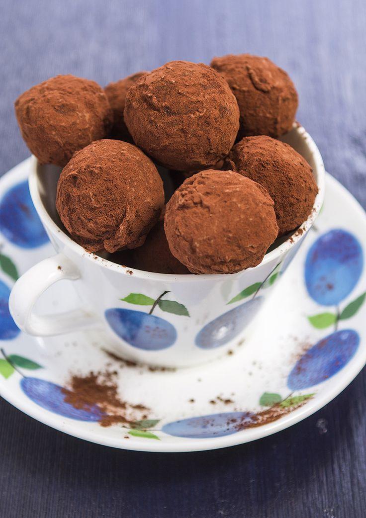 Denna lingontryffel är lite sådär syrlig tillsammans med mörk choklad och kakao och en bit räcker alldeles lagom till kaffet.