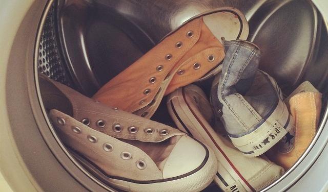 Brudne Buty Mozemy Wyczyscic Na Wiele Sposobow Oczywiscie Najprosciej I Najszybciej Jest Wrzucic Je Wrzucic Do Chucks Converse Chuck Taylor Sneakers Sneakers