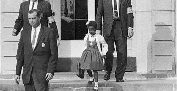 Με φέρετρο είχαν «υποδεχτεί» την πρώτη μαύρη μαθήτρια σε σχολείο λευκώ...