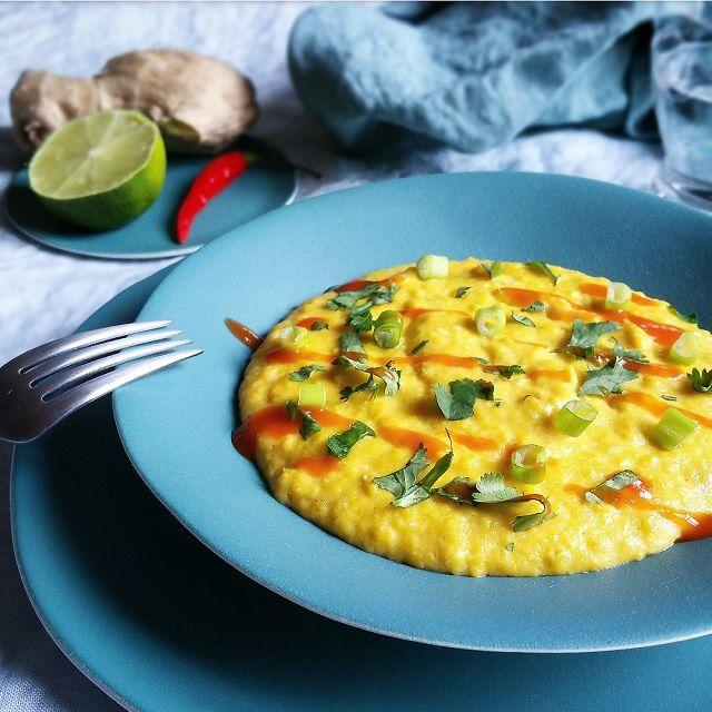 Notre recette des Oeufs brouillés cuits à la perfection et revisités à la Thaï avec gingembre, citron vert, et sauce pimentée Sriracha.