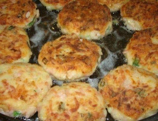 Биточки  Ингредиенты: -4 шт вареного картофеля -100 г твердого сыра -150 г ветчины -лук зеленый -соль (если нужно) -перец -2 яйца -1 столовая ложка муки  Приготовление: Картофель, сыр и колбасу натереть на терке. Добавить яйца, лук зеленый, поперчить и если нужно посолить.  Добавить муку и все хорошо перемешать.  Обвалять в муке, сделать в виде биточков и пожарить их на сковороде. Подаем, полив сметаной. Приятного аппетита!