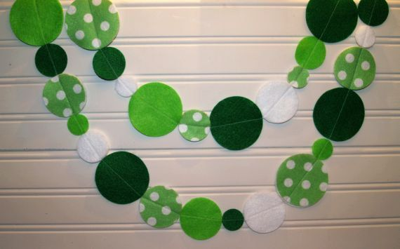 St Patricks Day Garland with Green Polka Dot Felt. $12.00, via Etsy.  Maybe not St. Patrick's Day but I could do Valentine's Day!!