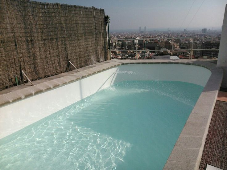 Piscina situada en Barcelona, reparación integral, liner color blanco