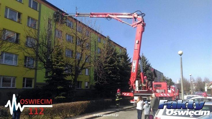 Szukali krewnego. Strażacka akcja na IV piętrze – FOTO #Oświęcim #straż #podnośnik #straż #strażacy #Orłowskiego #Zasole