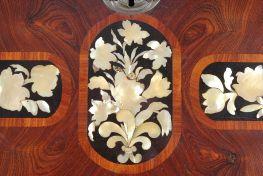 comò a ribalta a tre cassetti in legno violetto, ebano, madreperla e legni esotici è un arredo di ebanisteria palermitana databile alla metà del XVIII secolo.