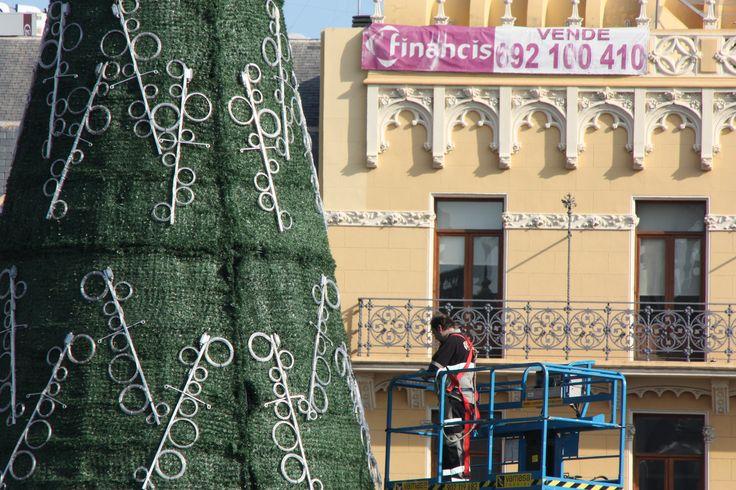 Montaje del árbol de Navidad del centro de Valencia. Fuente: Ayuntamiento de Valencia