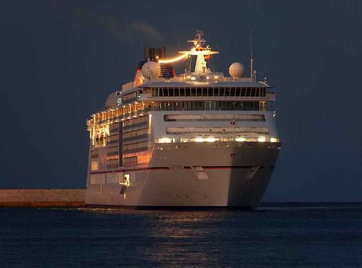 Το Europa 2 καταπλέει βραδάκι στον Πειραιά. 03/10/2015.