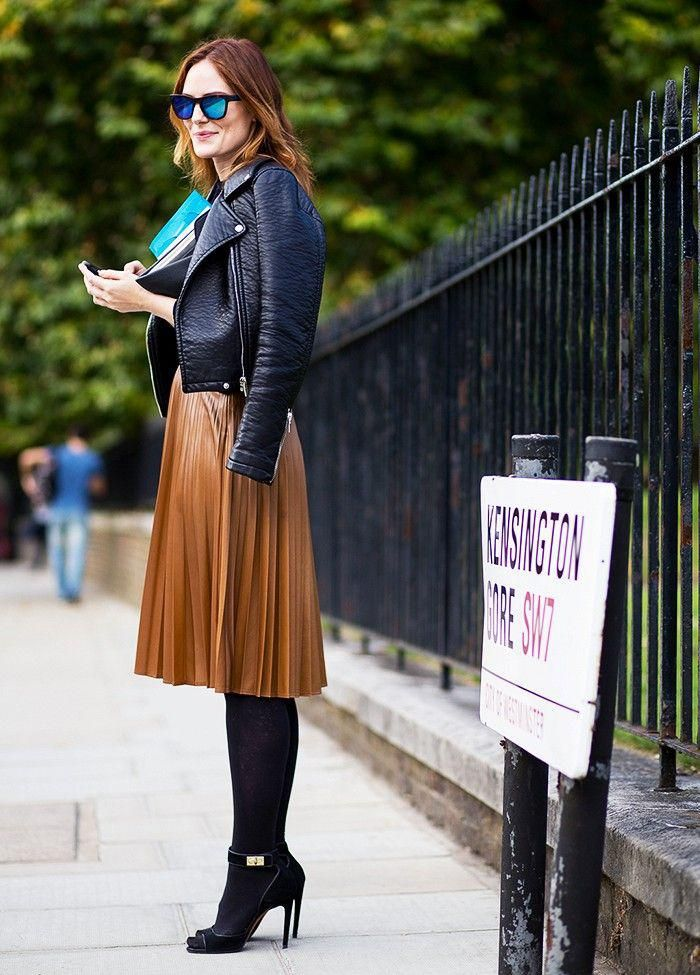 jupe plissée mzrronne, veste noire en cuir noir et chaussures à hauts talons