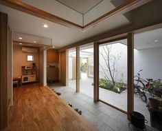 玄関土間-全面ガラス張り(『春風の家』中庭を外玄関に!光を取り込む住まい)- 玄関事例 SUVACO(スバコ)