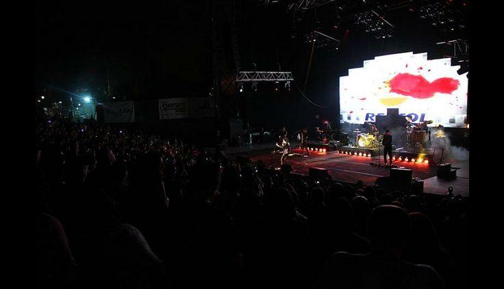 Cientos de fanáticos asistieron al concierto de Enrique Bunbury.