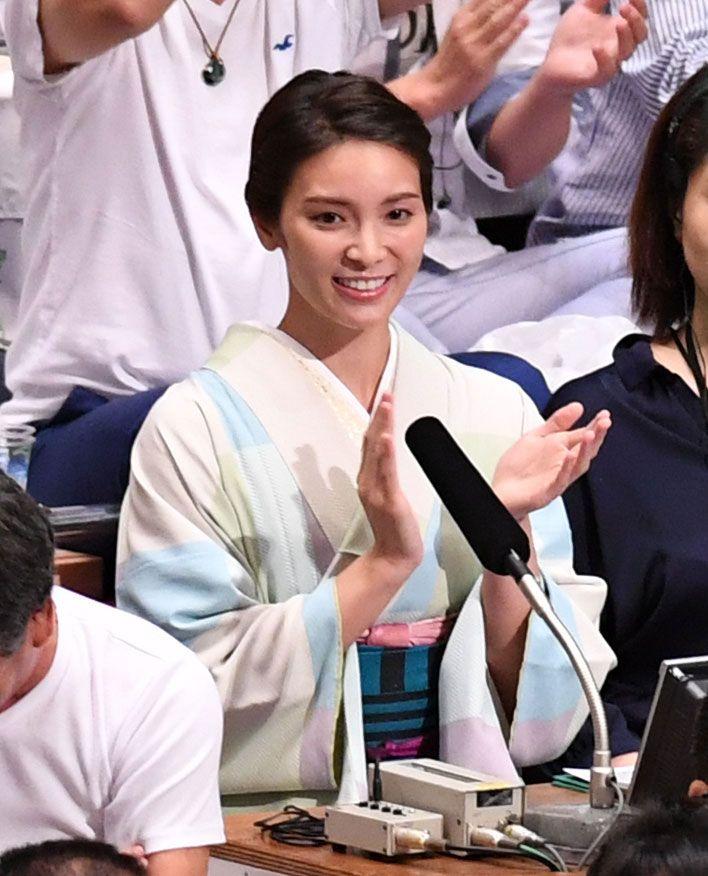 秋元才加が秋場所観戦、幼なじみ高安の勝利に拍手 #相撲