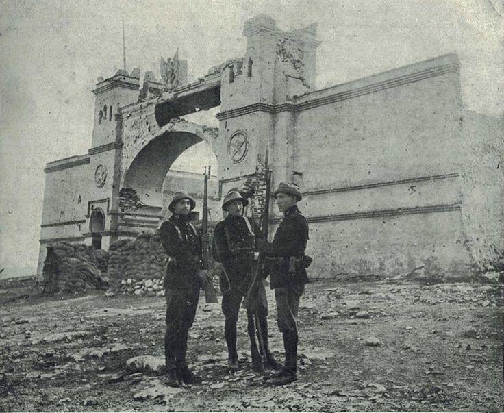 Durante la Guerra de Marruecos, en el año 1922, en la entrada a la posición de Monte Arruit imagen del relevo de la guardia efectuada por personal del Batallón Expedicionario del Rgto. de Infantería Garellano nº 43.