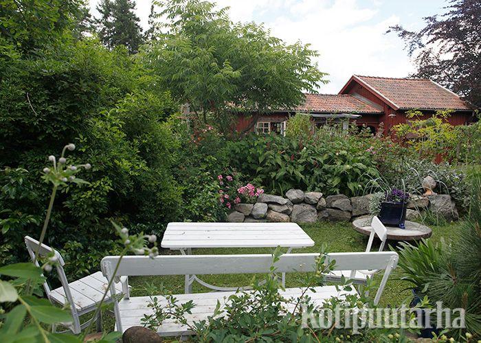 Valkoinen puinen puutarhakaluste sopii maalaismaisemaan kuin nakutettu!