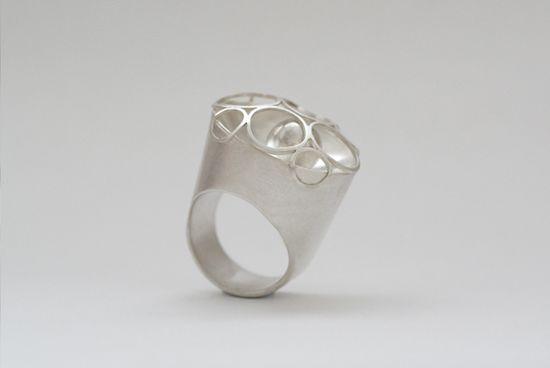 Google-Ergebnis für http://www.marjan-leeuwesteijn.nl/images/ringen/ring-110-zilver-mantelring.jpg