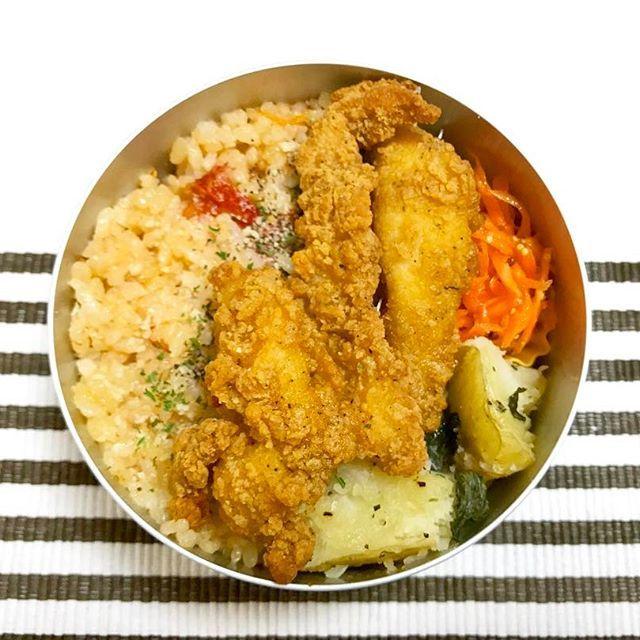 明日のお弁当😋🍙 * * ・トマト炊き込みご飯 ・鶏ササミの唐揚げ ・キャロットラペ ・じゃがいもバジル ・コーンスープ(写ってないけど) * * 明日のお弁当を前日に済ませて、1分でも長く寝てたい😪💤 休みまであと1日💨頑張って働こう😤 * * #お弁当 #ランチ #手作り #アルミ弁当 #おやすみ #lunch #cooking #yummy #goodnight #sleep