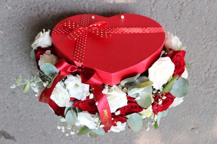 Cutie cu flori #flowers #box #flowersbox #flowersinabox #heart #gift #sayitwithflowers #madewithjoy #madewithlove #paulamoldovan #livadacuvisini #flori #evenimente #candybar #bucuresti #bucharest #florist #eucalyptus  #roses  #white #eustoma  #red #cutie #flori #cutiecuflori #floriincutie #cutieflori #inima
