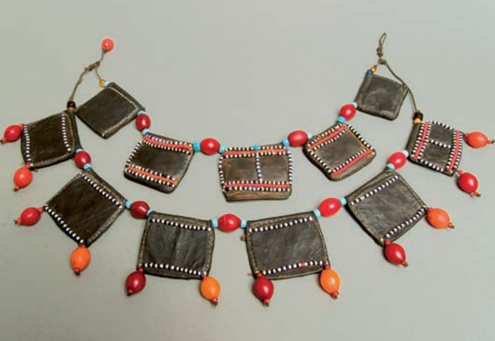 Africa | Necklace worn by the Afar peoples of Ethiopia, Eritrea and Djibouti | Leather, glass beads, carnelian Aleppo and vegetable fibers | Curative or prophylactic properties are attributed to this necklace consisting of two rows of leather talismans combined with glass beads.