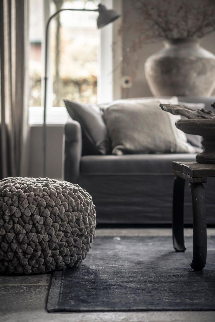 poef velours, vintage vloerkleed, ton sur ton interieur