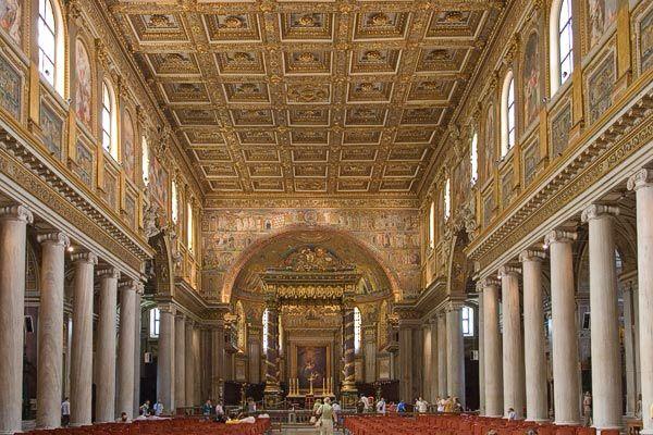 Basilica di Santa Maria Maggiore, interno architravato, con soffitto cassettonato riportante decorazioni d'oro peruviano aggiunte nel XV secolo su ordine del papa Alessandro II, 432-440. Ravenna.