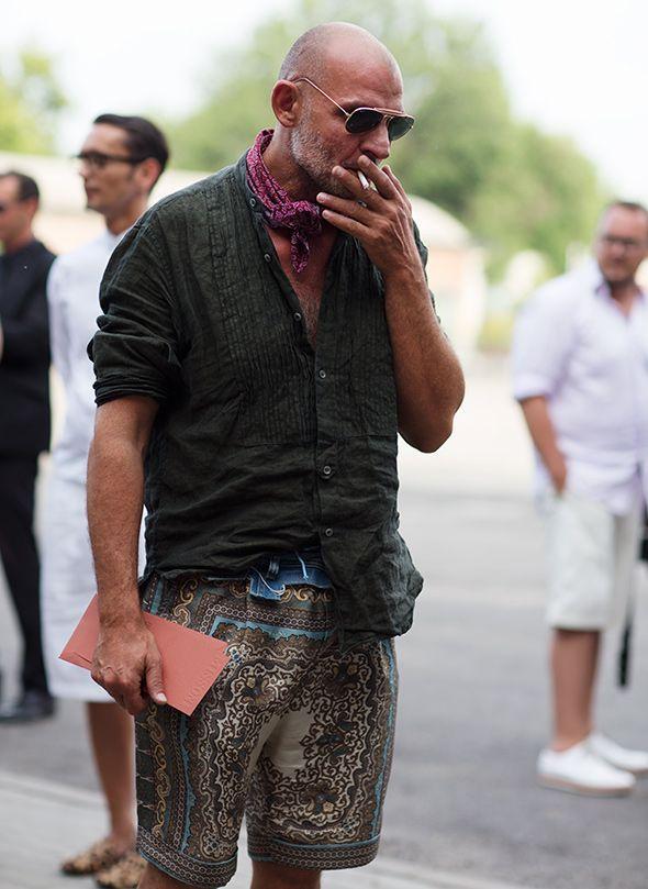 ダークグレーのバンドカラーシャツはリネン素材、スカーフと総柄ショートパンツをあわせてワイルドメンズにスタイリング。