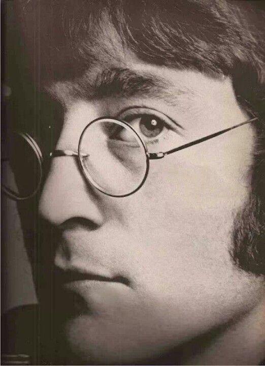 John Lennon (1940-1980) - John Winston Ono Lennon, né le 9 octobre 1940 à Liverpool, et mort assassiné le 8 décembre 1980 à New York, est un musicien, auteur-compositeur, guitariste, chanteur et écrivain britannique. Il est le fondateur des Beatles, groupe musical anglais au succès planétaire depuis sa formation au début des années 1960.