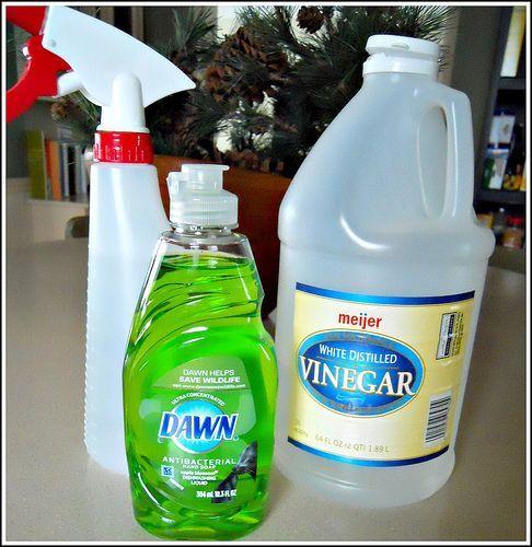 Recept zelfgemaakte douche cleaner  2 kopjes water, ½ kopje witte azijn opwarmen in de magnetron (zeer warm).  niet nodig om het elke keer op te warmen als  u uw douches wil  reinigen  Giet in een spuitfles en voeg  1 eetlepel van Dawn afwasmiddel toe.  Goed schudden.  Dat is het!! Slechts 2 eenvoudige ingrediënten en ongeveer 5 minuten van uw tijd en je hebt een zeer goedkope, zelfgemaakte douche reiniger die wonderen doet op zeepresten en geuren wegwerkt !