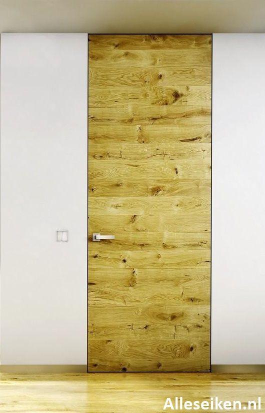 Een eiken deur kan goed in een modern interieur. Erg mooi zo'n eiken deur in een minimalistisch en onzichtbaar deurkozijn. Geen zichtbare scharnieren, geen zichtbare sluitplaat.