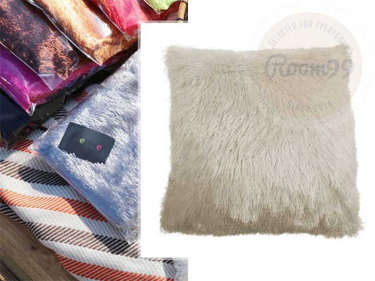Chlupaté dekorační povlaky krémové barvy na polštář