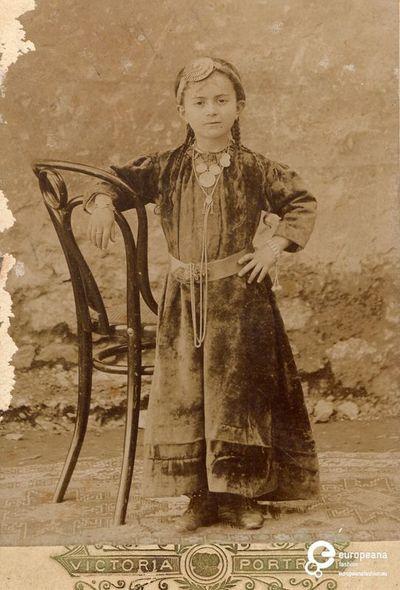 """φωτογραφία κοριτσιού με φορεσιά Πόντου. Επιγραφή: """"VICTORIA PORTRAIT"""".    Δημιουργός: Victoria Portrait    Συλλέκτης: Peloponnesian Folklore Foundation   Ίδρυμα: Europeana Fashion www.europeanafashion.eu."""