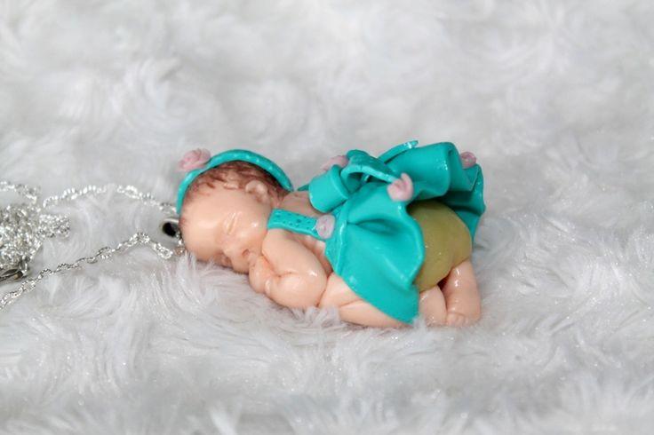 Collier sautoir bébé endormi petite robe à rose en pâte polymère fimo : Collier par tom-fimo-creations
