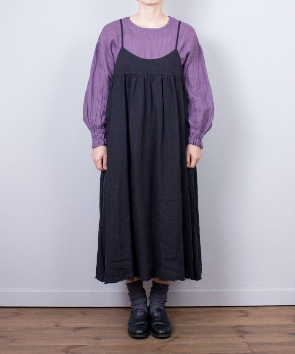 袖の変化を楽しんで。 シーズンを問わずにスタイリングできる定番リネンを使ったブラウス。 ※color,size 多少異なります。 ※着用サイズ:size F ※モデルの身長:161cm ※染めの特性上、パープルのカラーリングにつきましてはサイズ表記の着丈に比べ、若干短いものがございますが不良ではございません。予めご了承の程、よろしくお願いいたします。 ※採寸箇所の詳細につきましては 「サイズガイド」をご覧ください。