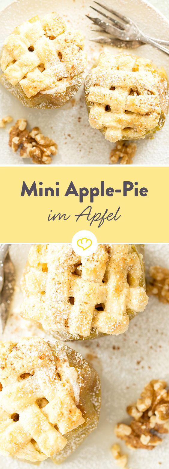Bratäpfel schmecken auch im Sommer. Fruchtfleisch mit Zimt und Walnüssen füllen, zurück in den Apfel geben und mit einem Teiggitter belegen - fertig!