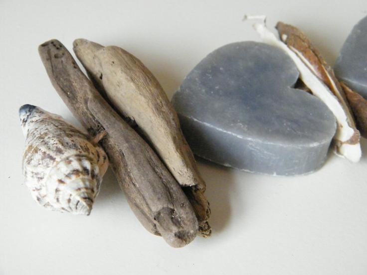 Zeepketting grijshart drijfhout   Tips om zelf te maken: http://www.jouwwoonidee.nl/zeepkettingen-maken/