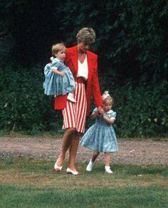 diana w beatrice and eugenie. Lady Di aimait les Enfants.... Ici ses 2 nièces....