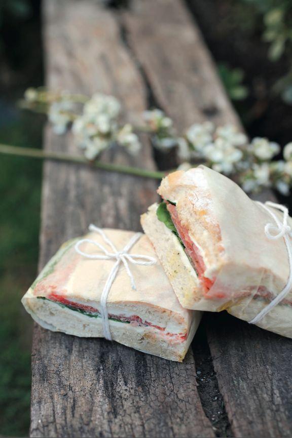 Sándwich de salmón, rúcula y hongos - Revista Platos y Copas.