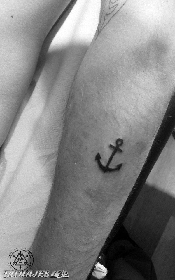 Tatuaje sencillo de ancla.                                                                                                                                                      Más