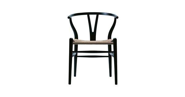 CH24 stol tillverkad i svartlackad ek (ej porfylld). Stolen har en flätad sits av svart papperssnöre. Stolen CH24 formgavs redan år 1949 och är därmed den första stol Wegner gjorde för Carl Hansen & Son. CH24, även kallad Y-stolen, är en lätt stol och trots sina armstöd en relativt liten möbel. De välvda bakbenen och den halvcirkelformade överdelen tillsammans med den eleganta Y-formade ryggen ger stolen ett varmt och välkomnande utseende.