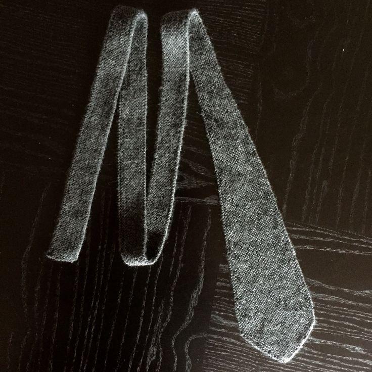 Vi har netop fået en lille serie på tre rigtigt smukke grå strikkede slips i klassisk stil. Kun 299 kroner på www.harboll.dk