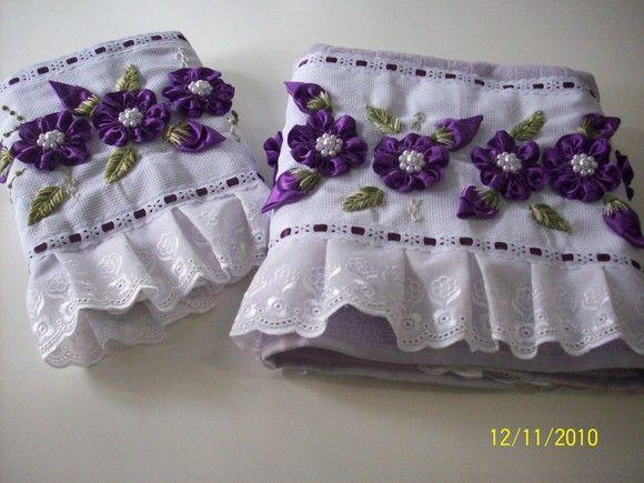 Jogo de toalhas de veludo bordadas em fita - 1 toalha de banho - R$ 50,00 - 1 toalha de rosto - R$ 28,00 R$78,00