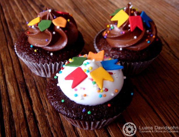 Cupcakes decorados de festa junina com bandeirinhas, cobertura de creme de chocolate e baunilha