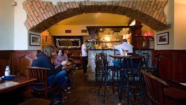 The Tavern - ****  Mají tu nejlepší burgery v Praze, které jsou navíc dimenzované tak, aby se daly v celku kultivovaně konzumovat. Když se k tomu přidá příjemná atmosféra, pozorná obsluha se smyslem pro humor a rozumné ceny, je jasné, proč tu mají těch pět dní v týdnu, kdy je otevřeno, pořád plno.