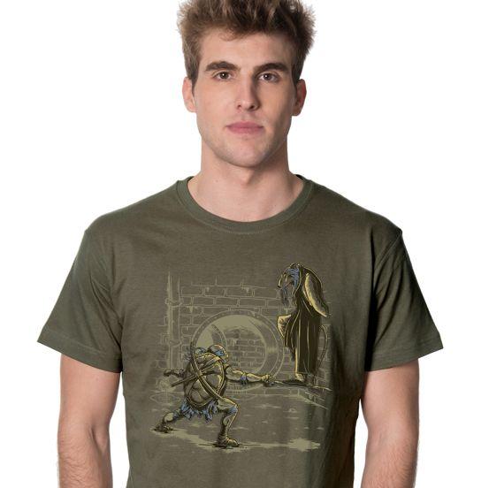 Las tortugas mutantes más divertidas aterrizan en nuestros diseños y llegan dispuestas a sacarte una gran sonrisa. En este diseño ilustramos a una de las carismáticas tortugas junto al maestro Splinter Las mejores camisetas originales de internet - Friking.es