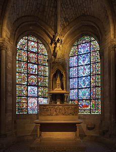 Basilique Saint-Denis.La chapelle de la Vierge et ses baies jumelles à vitraux.