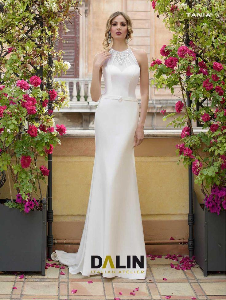 TANIA_Classe, femminilità, pregio per questo stupendo abito da sposa di splendida seta pura. Scollo all'americana in velatura impreziosito con collana Swarovski ricamata a mano.